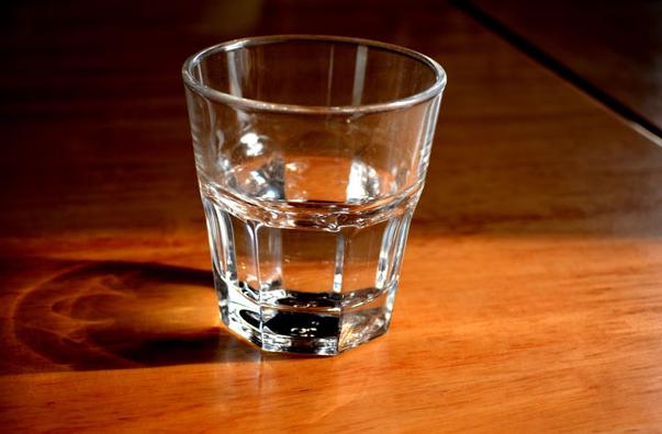 l'eau que vous buvez au quotidien est-elle bonne pour vous ? Verre d'eau