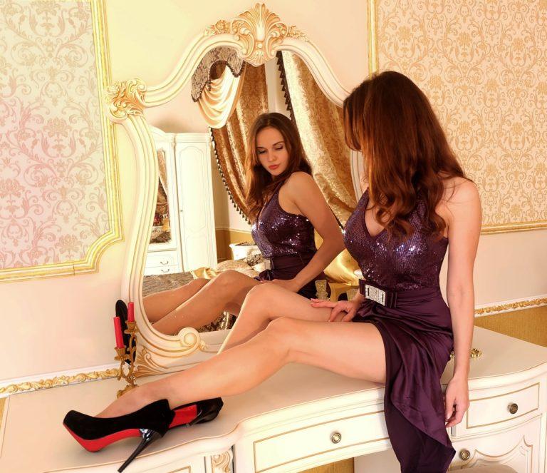 Femme qui admire ses jambes sans cellulite dans le miroir