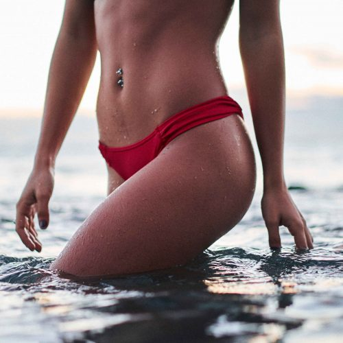 Femme sans cellulite en maillot de bain